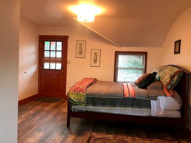 Wood Hamlet - E. Gorey Room, Private by Downtown