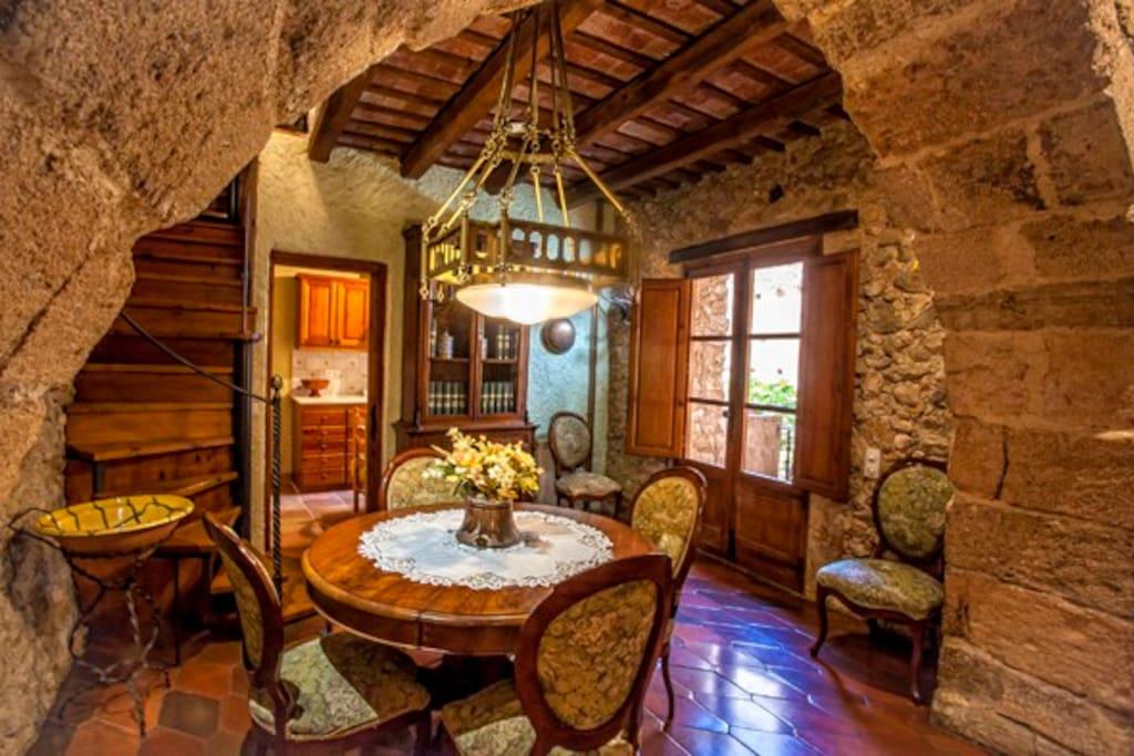 La llum modernista acompanya els mobles modernistes del menjador.