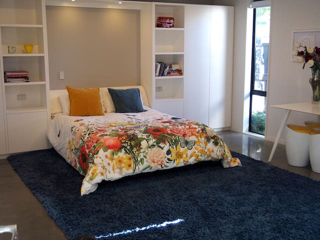 New Studio Room with Ensuite. Can sleep 3 people. - Christchurch - Hus