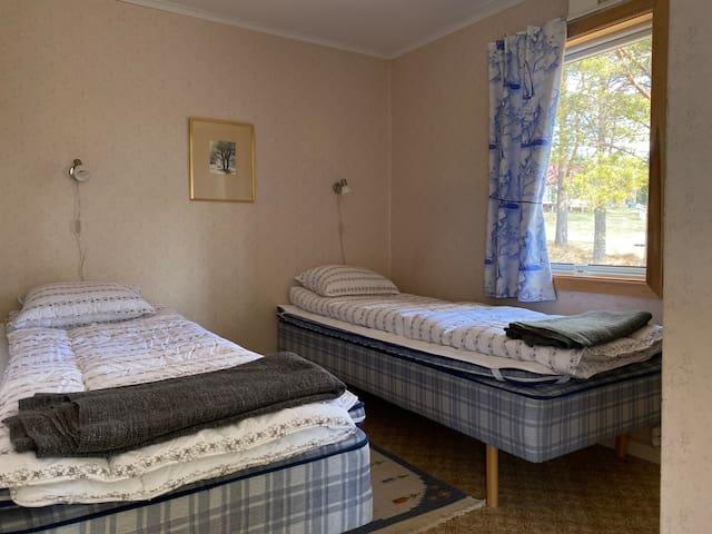 Sängar med täcke och kuddar