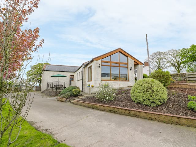 LAIRD HOUSE, pet friendly, with a garden in Lochmaben, Ref 981353