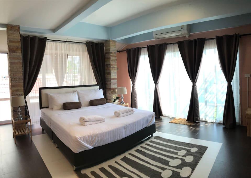 ห้องนอนเป็นเตียงคิงไซร์