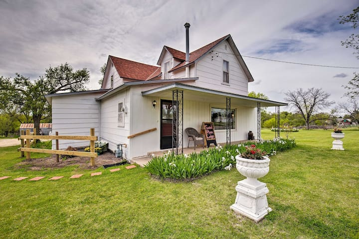 Victoria Farmhouse w/ Deck - Walk to Cathedral!