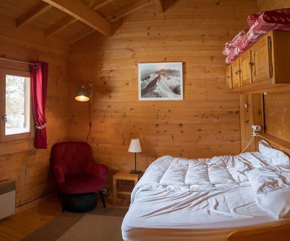 """La chambre """"Parents""""  (lit 2 places 190x140cm) (couette 240x220) TV"""
