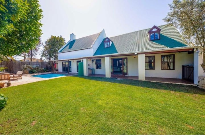 Home with jacuzzi and pool close to Blouberg beach