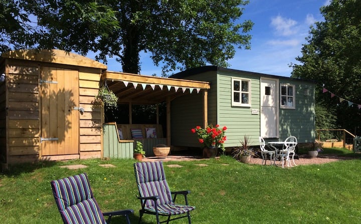 En-suite shepherd's hut + stunning views-Nr Brecon