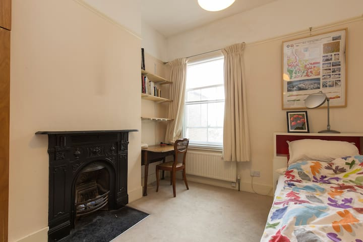 Elegant single bedroom in Clapham Old Town