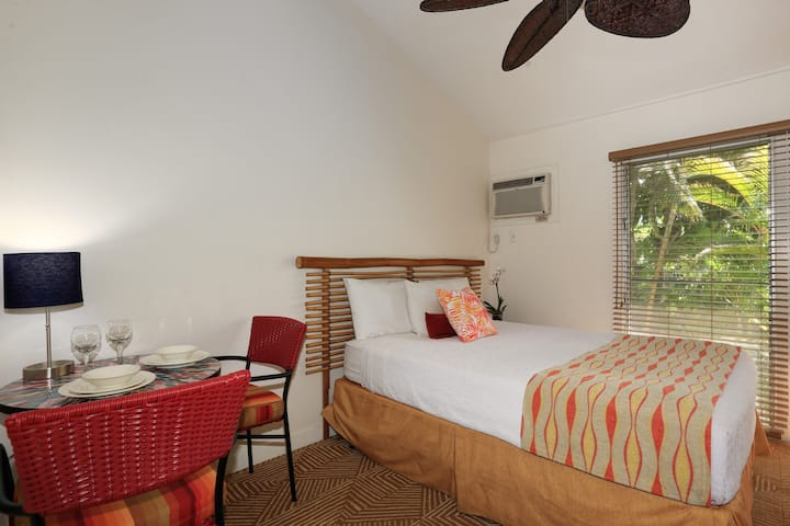 Aina Nalu F201: Top Floor, Hawaiian Hideaway in the Heart of Lahaina Town
