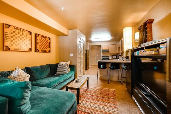 Deluxe studio w/ hotel amenities & next to Wildhorse gondola!