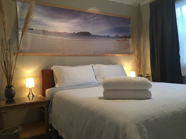 25% OFF END OF SUMMER SALE! INCL BREAKFAST! Room 1 - Whitianga - House
