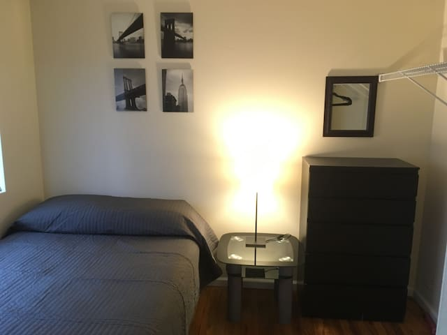 Quiet, private room with key, near Manhattan 89s3 - Staten Island - Ev