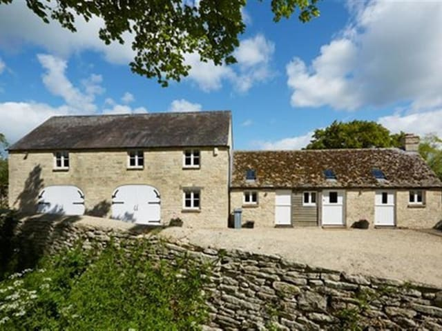 THE COACH HOUSE, SWINBROOK, pet friendly in Burford, Ref 988724
