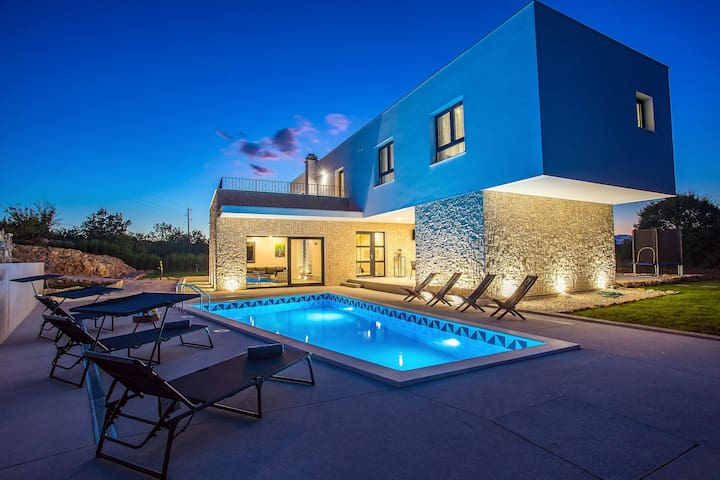 SPECIAL OFFER - Modern Villa M30 with heated pool, 3 en-suite bedrooms