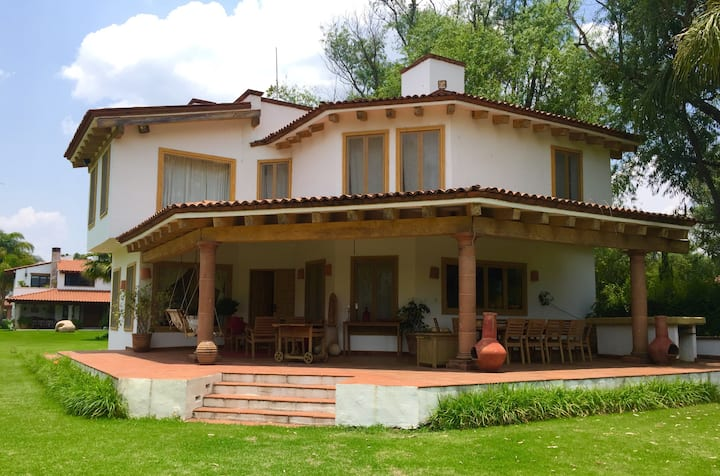 Casa Amarilla - beautiful lakeshore house + pool