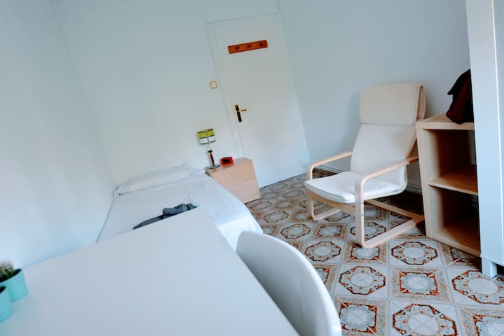 Habitación individual en Zaragoza. Muy luminosa.