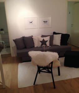Gästhus i lugnt villaområde - Vaxholm - บ้าน