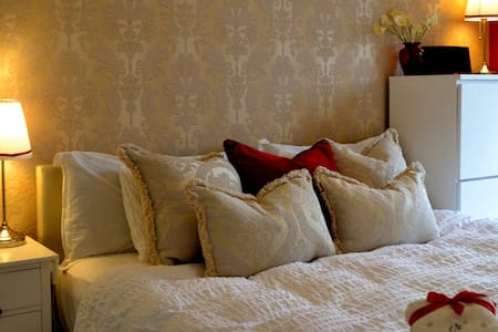 Luxury King Size Bed in a NewBuild House.. - Aylesbury - Casa adossada