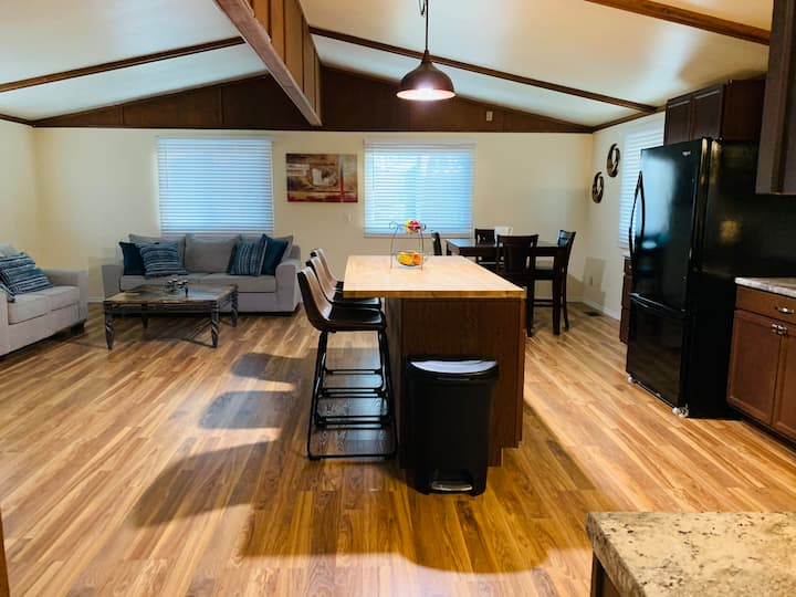 Newly renovated home. Relaxing getaway Near ND.