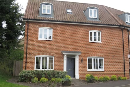Quiet top floor space close to Town centre - Bury Saint Edmunds - 独立屋