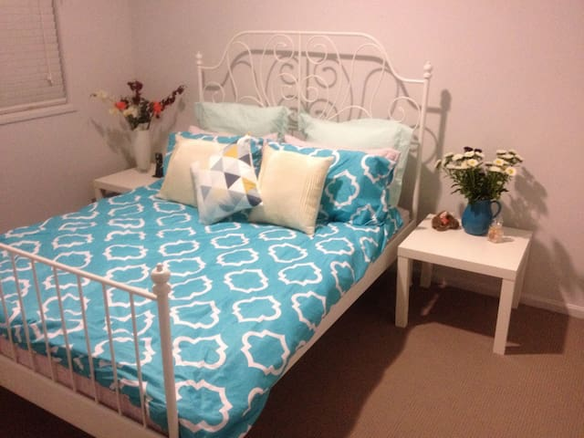 Charming Spacious Bedroom - Werribee