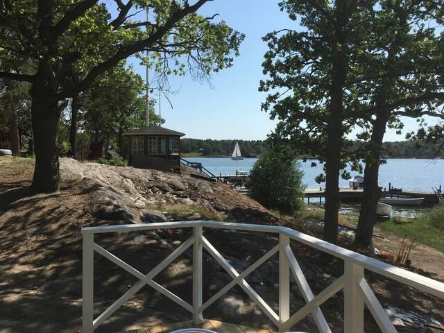 Skärgårdshus vid stranden vid naturreservat