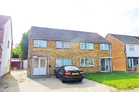 Room to rent very close to Gatwick - Crawley - Flat