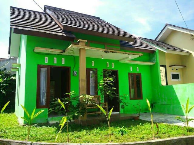 UWAIS Guesthouse, Terjangkau, Asri & Sehat
