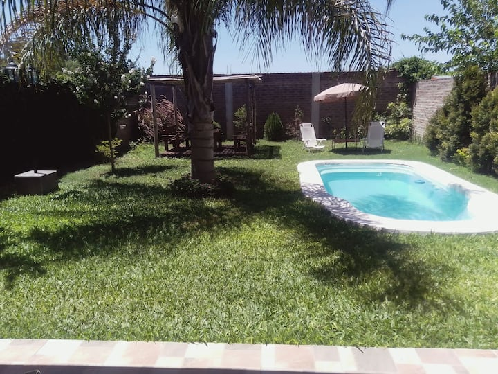 Casa quincho con jardín y pileta excelente lugar!