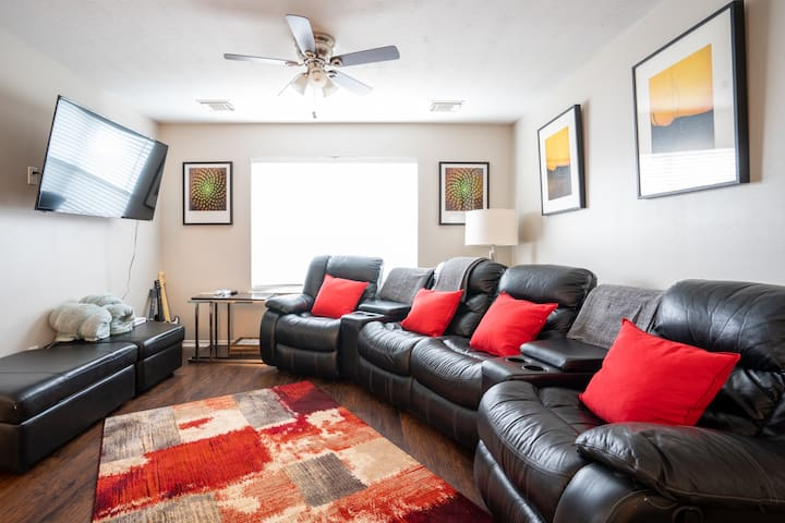 ★ Posh Pad w/ 10 Beds ★ 2 min from Outlet Mall ★