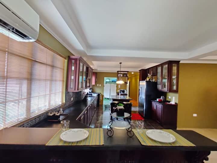 Nari'sNest-modern flat near Airport/Mall/Bus Route
