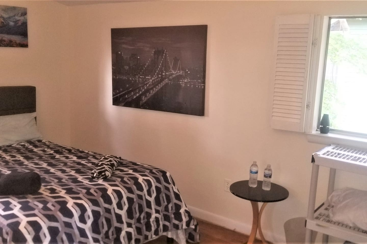 Platform bed, flat screen tv, brightly lit room.    Enjoy your hotel style stay.