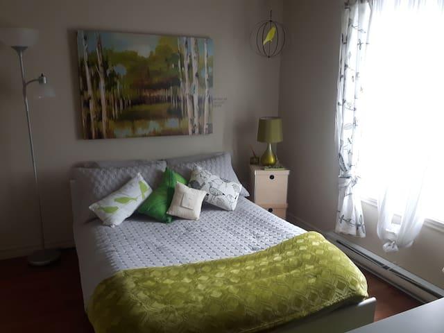 Une chambre chaleureuse près de la montagne! - Bromont - Wohnung