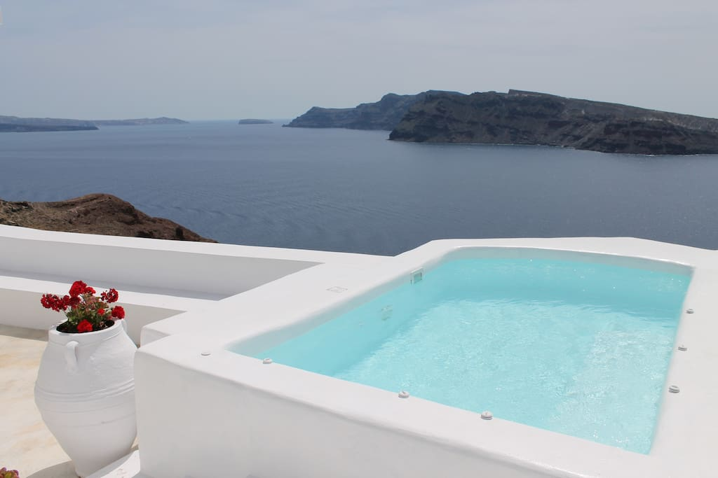 the plunge pool/jacuzzi