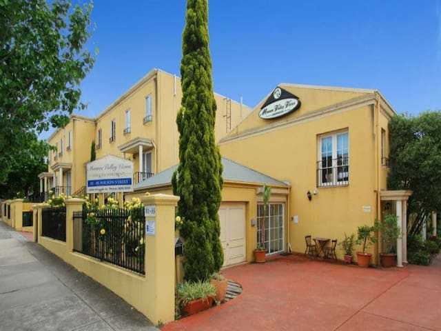 perfect location 2 bedr'm townhouse
