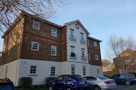 Overlooking Camberley Park & close to amenities - Camberley - Apartment
