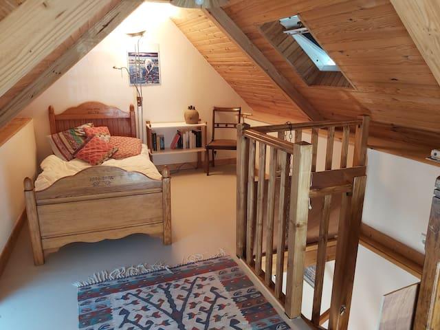 Chambre 3 à l'étage de la petite maison. Possibilité de 2 petits lits supplémentaires  pour enfants/bébés au rez de chaussée ou à l'étage. Filet de protection pour escalier.