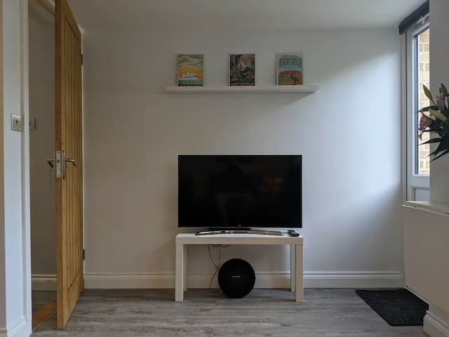 "4k 40"" TV and Soundbar / Bluetooth Speaker"