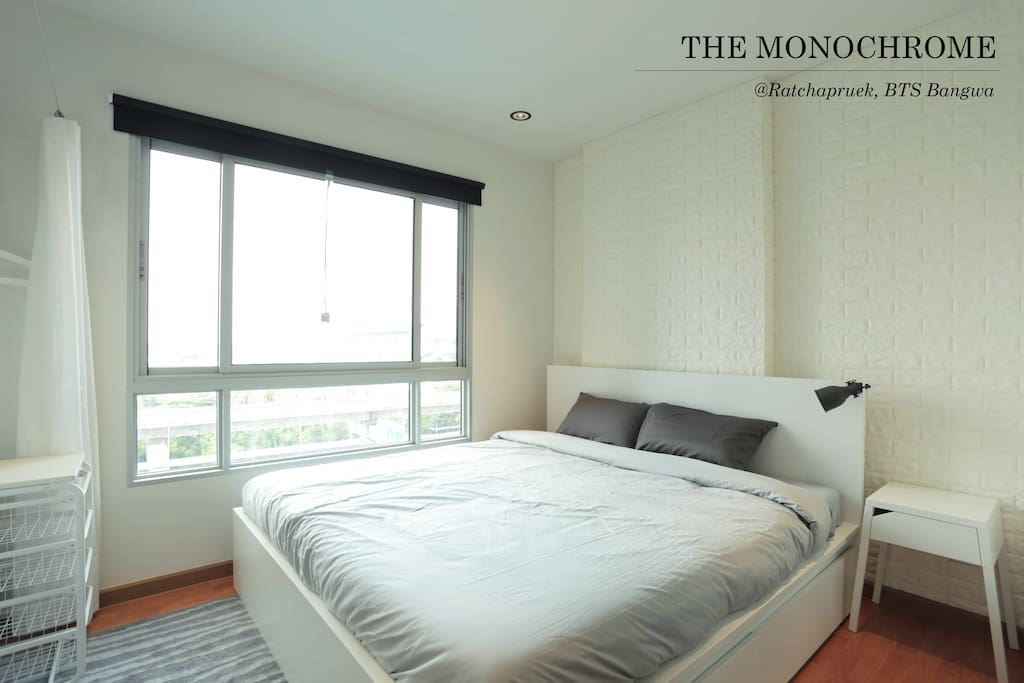 Find a king size bed in our spacious bedroom, where it is complimented with plenty of natural light and an awesome infinity pool and city view.