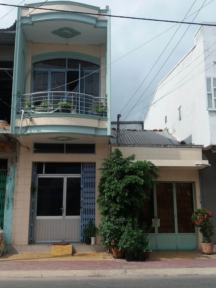 2 story traditional townhouse with aircon