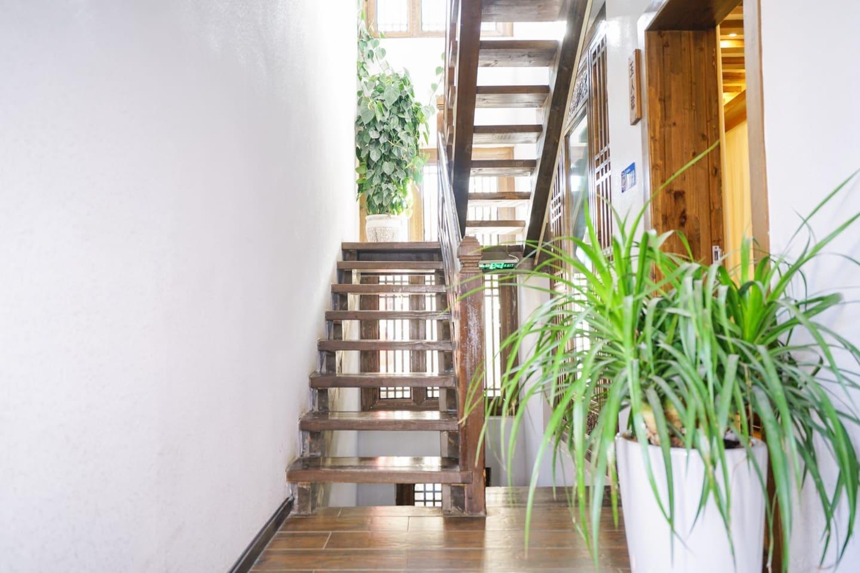 楼梯口 通往二三楼