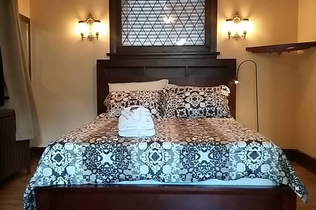 Bedroom with one queen size bed