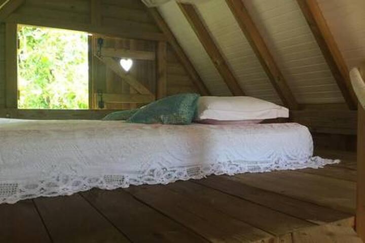sur la mezzanine un second lit pour 2 personnes