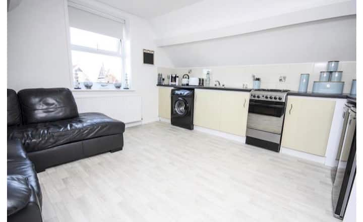 (Will be)Newly refurbished flat! 5 mins to beach
