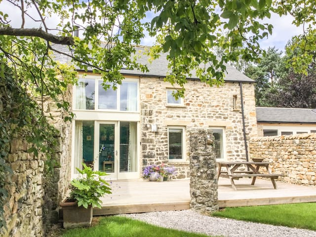 OLD CROW TREES BARN, luxury holiday cottage in Melling, Ref 932964