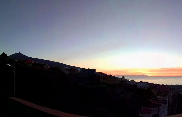 Atardecer tras La Palma y el Teide, desde la azotea