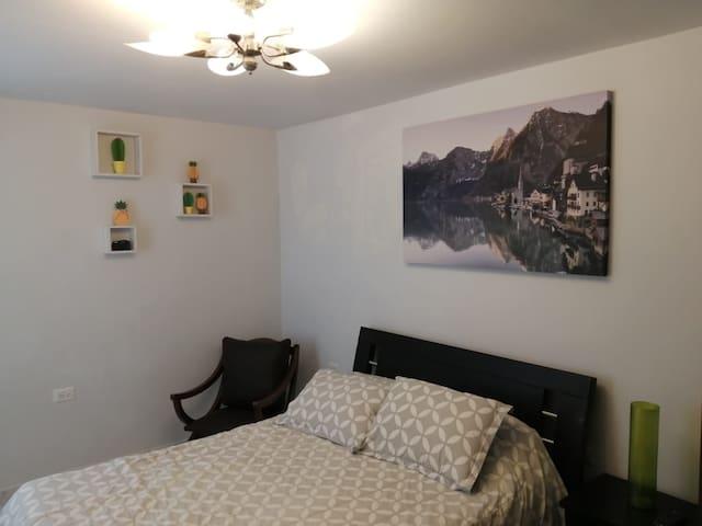 habitación principal con baño privado. cama ampla, varios tendidos, comodo colchón, tv, wifi y privacidad