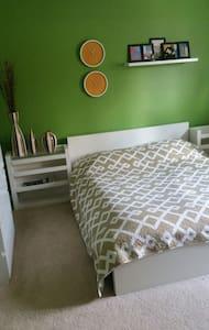 Green  Cozy Room in Modern Condo - Stoneham