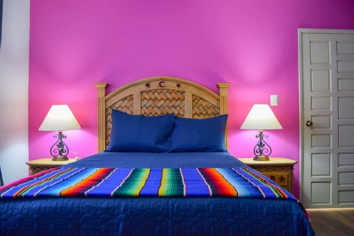 Habitación 1  con una cama matrimonial.