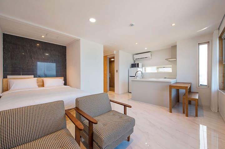 속초해변이 펼쳐진 곳에 자리한 숙소의 A302(오션뷰) 객실