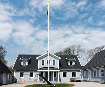 Modern living on a quiet and peaceful old farm! - Båstad - Leilighet